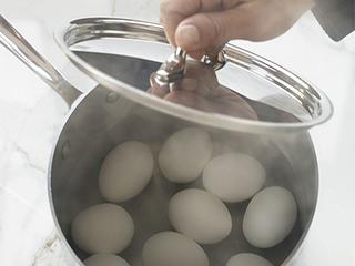 उबले अंडों का पानी अगर फेंक देते हैं तो उनके फायदे जरूर पढ़ लें...