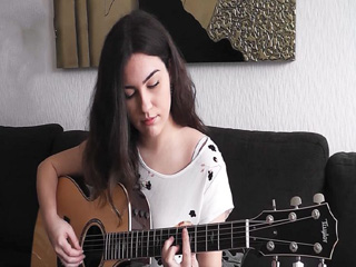 गिटार बजाने से दिमाग रहता है शांत, बढ़ती है याद्दाश्त!