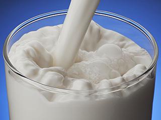 रोज दूध में मिलाएं ये चीजें, आपकी हर बीमारी हो जाएगी छू मंतर
