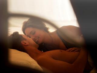 क्यों आपकी गर्लफ्रेंड या पत्नी लवमेकिंग के दौरान रहती हैं चुप, जानें कारण