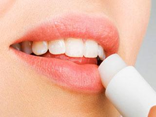 फटे होठों के अलावा इन 5 चीजों में मददगार है लिप बाम