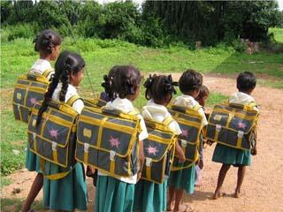 'बच्चों की पीठ में भारी बस्ते नहीं,  हाथों में ट्रॉली दें'