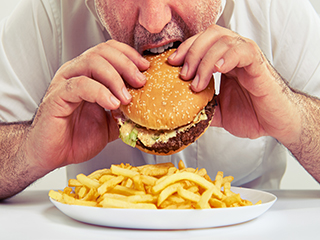 भूख लगने पर जरूरत से ज्यादा क्यों खा लेते हैं कुछ लोग, जानें