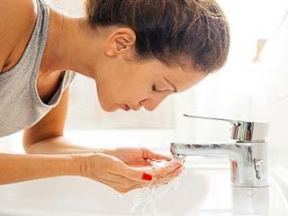 चेहरे पर पानी का करें ऐसा उपयोग, सांवलेपन से मिलेगा छुटकारा
