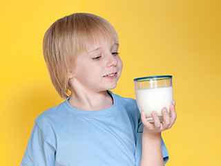 सर्दियों में औषधि के समान है दूध और गुड़ का मिश्रण, 5 बीमारियों का है काल