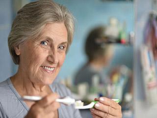 टूथब्रश करते समय रखें इन बातों का ध्यान, बुढ़ापे तक दांत रहेंगे मजबूत