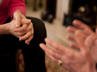 इन बीमारियों की ओर घसीटता है अंगुली चटकाने का शौक!