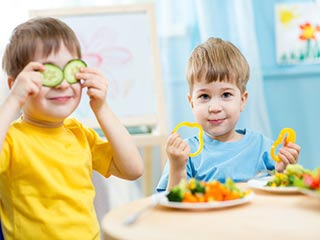 बच्चों को हरी सब्ज़ियों की <strong>आदत</strong> डालने के लिए ये हैं 7 सिंपल टिप्स