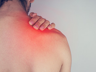 What is the cause of lifter's shoulders and what is the cure?