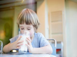 किस उम्र में कितना दूध पीना सही है, जानिए