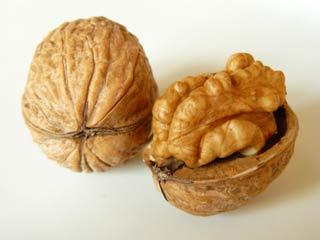 कोलेस्ट्रॉल और ब्लड प्रेशर कम करता है अखरोट, ये हैं 8 जबरदस्त फायदे
