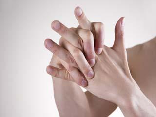 अगर आप भी चटकाते हैं उंगलियां, तो हो जाएं सावधान