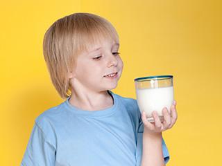 गाय या भैंस, जानिए बच्चों के लिए कौन सा दूध है फायदेमंद