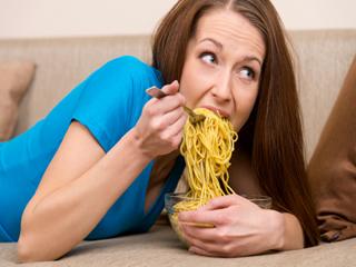 चाउमीन और पिज्जा खाने से हो सकती है ये 5 खतरनाक बीमारियां