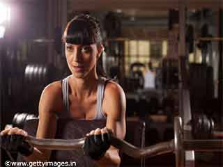 <strong>Exercises</strong> For Women- Barbell Curls