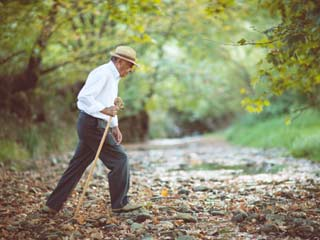 Walking slowly may point to Alzheimer's disease in the <strong>elderly</strong>