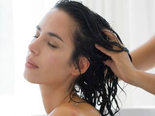 <strong>Tips</strong> for oiling hair the right way