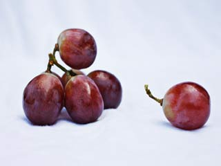 Purple or <strong>white</strong> grapes: which is better for your health