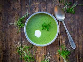 Healthy creamy spinach and broccoli <strong>soup</strong>