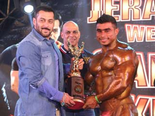 <strong>Salman</strong> <strong>Khan</strong> encourages Physically Disabled Bodybuilders @ Jerai Classic Competition