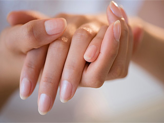 Amazing reasons to try hot <strong>oil</strong> manicure