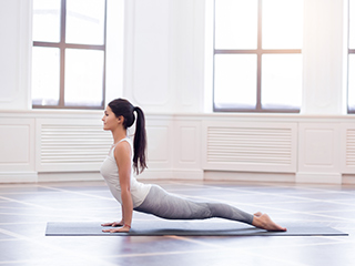 5 simple <strong>yoga</strong> poses that can give you toned arms