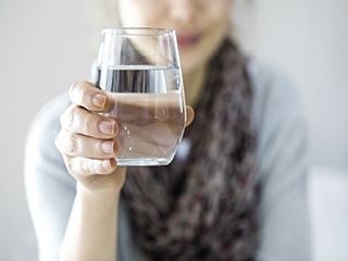 Is it okay to drink water while <strong>eating</strong>?